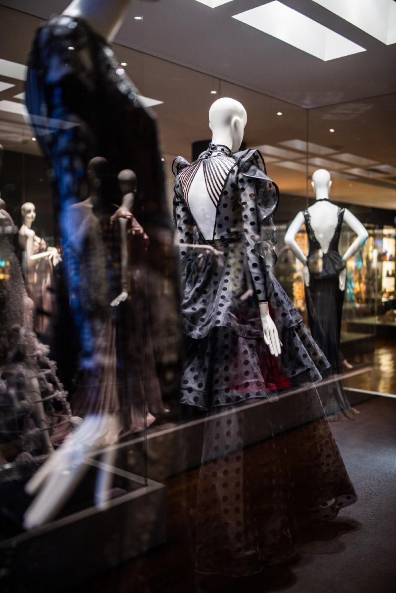 """Otvorenjem izložbe """"Posveta ženstvenosti"""" eNVy room još jednom obilježio 15 godina modnog stvaranja"""