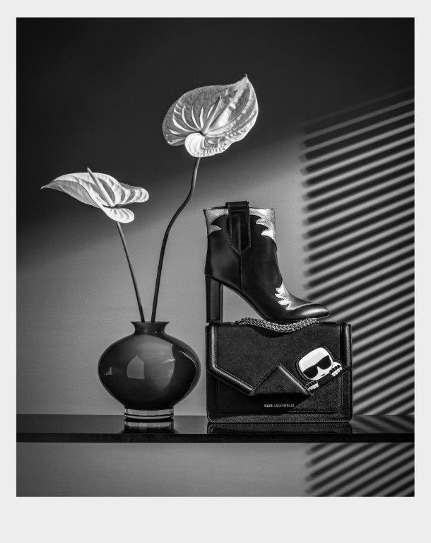 Crna Pura Lopez čizmica sa srebrnim elementima i torbica Karl Lagerfeld predstavljaju svevremensku klasiku s dahom metalik svježine.