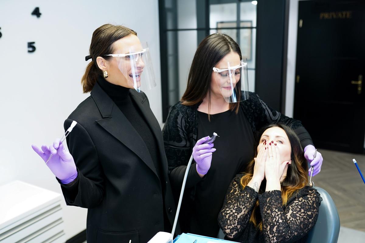 Martina Tomčić Moskaljov u ulozi stomatologa, Kristina Radić u ulozi asistentice te Lana Klingor Mihić u ulozi pacijentice