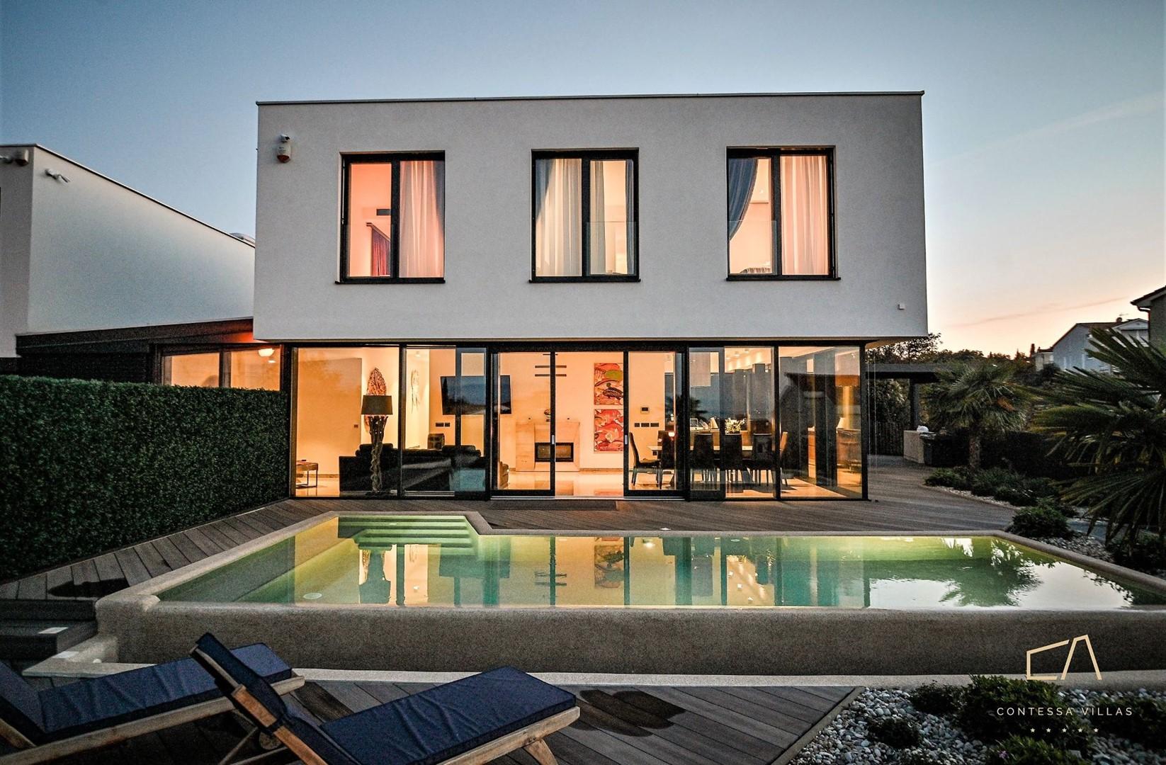 Otmjena Villa SunRise s pogledom na more i bazenom na Krku