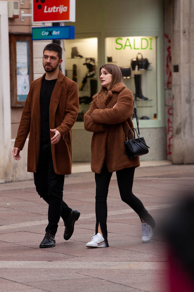 Extravagant streetstyle: matchy stylish couple