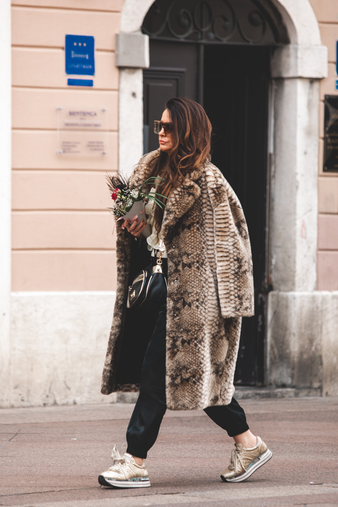 Extravagant streetstyle: ova dama zna kako nositi bundu i tenisice u istoj kombinaciji!