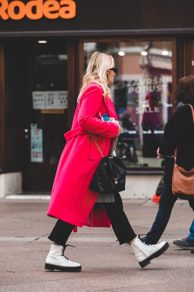 Extravagant streetstyle: pink kaput i bijele marte čine super spoj!