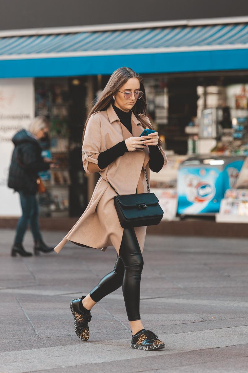 Extravagant streetstyle: ova djevojka je basic kombinaciju upotpunila tenisicama koje želimo imati