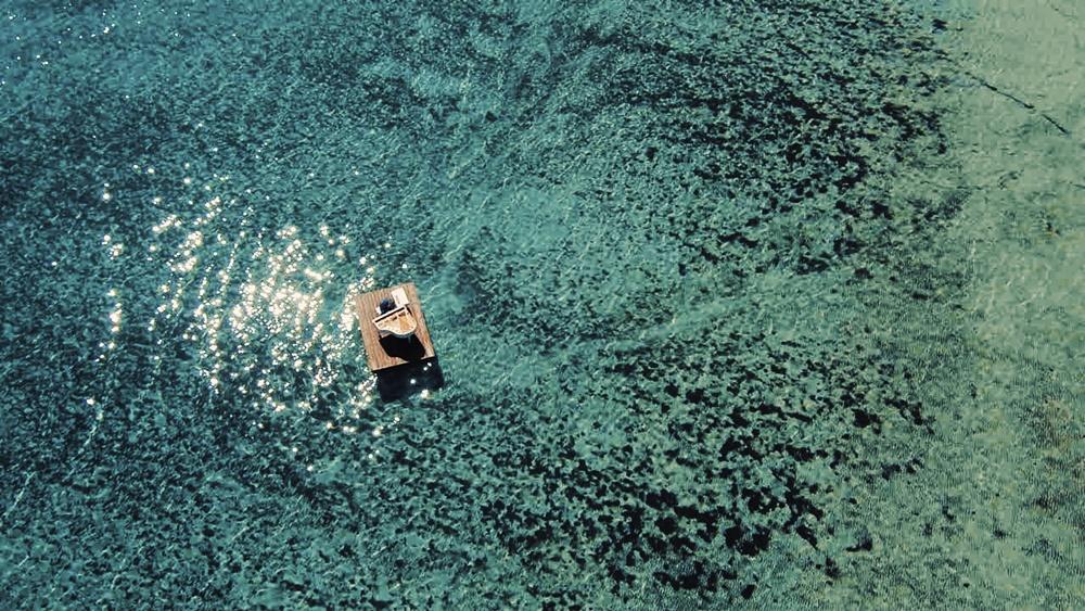 Neviđeni morski spektakl: Zvjezdan Ružić i njegov klavir plove uvalom Sakarun