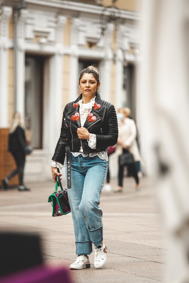 Extravagant streetstyle: čipka, kožnjak, traper i cvjetni uzorak u jednom outfitu