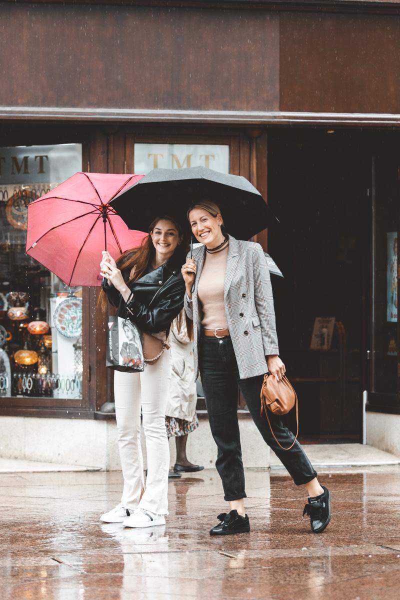 Extravagant streetstyle: dvije dame osmijehom prkose kiši