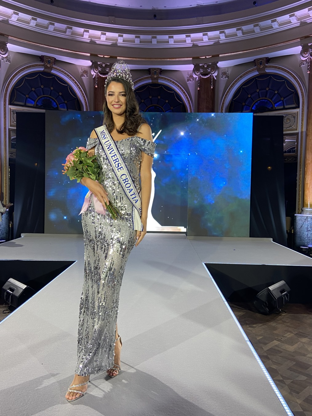 Miss Universe Hrvatske 2021 je dvadesetogodišnja Ora Antonia Ivanišević iz Dubrovnika