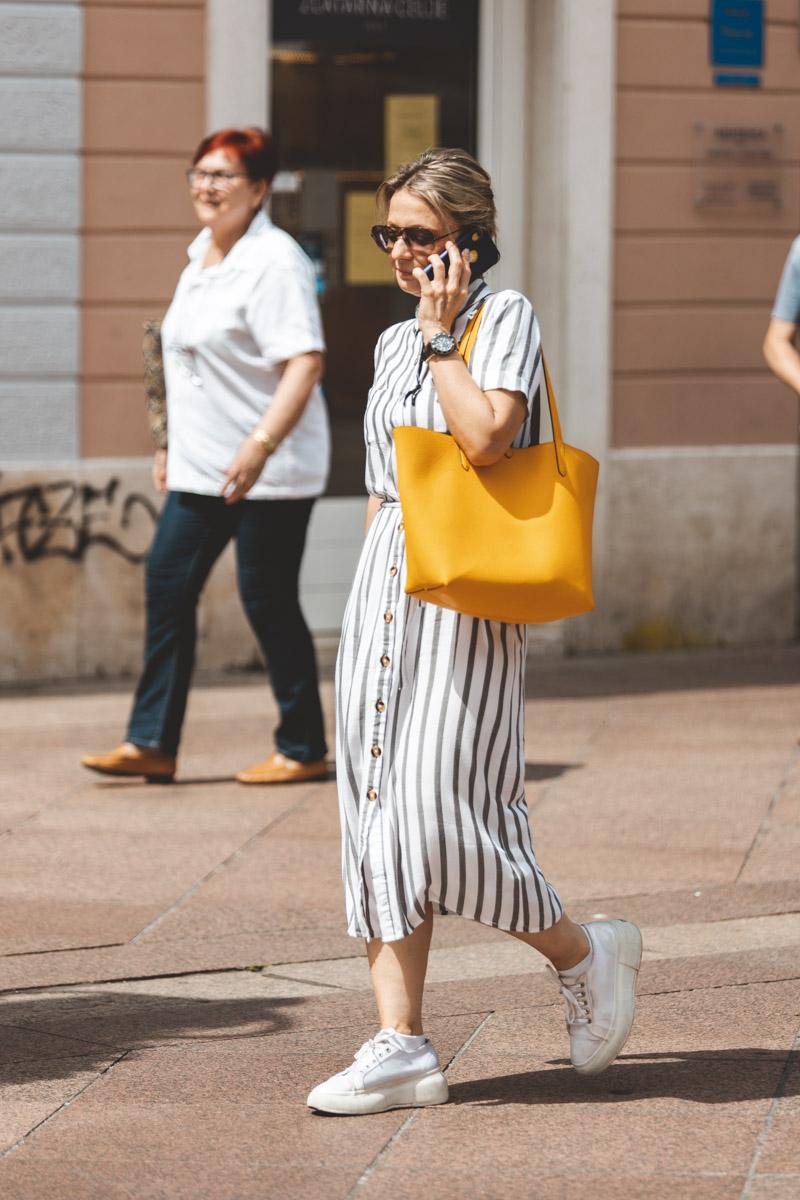 Extravagant streetstyle: volimo midi haljine na prugice