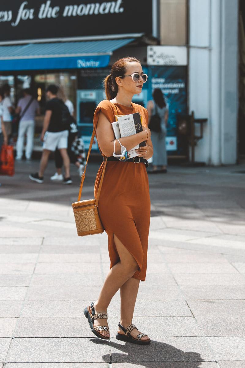 Extravagant streetstyle: modna kombinacija boje konjaka