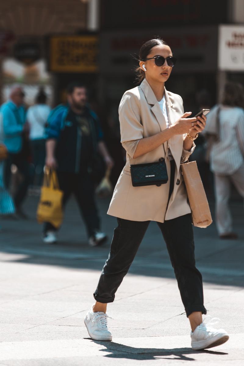 Extravagant streetstyle: stylish poslovni look na Korzu