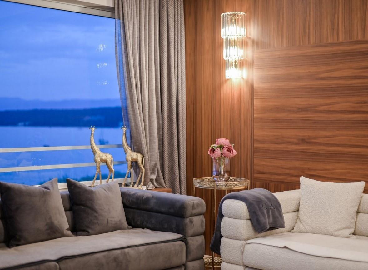 Dobrodošli u prostrani luksuzni Princess apartman koji nude najbolju kombinaciju odmora: savršen mir i panoramski pogled na more