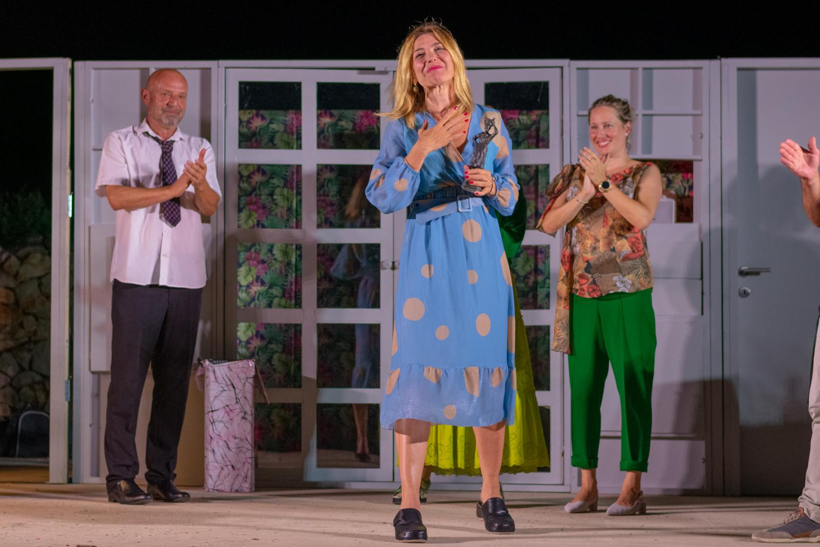 Ecija Ojdanić na kazališnom festivalu 'Novaljski trijatar' dobila nagradu 'Kate Novaljka' za glumicu ili glumca čija je izvedba uloge ostala u najboljem sjećanju od prošlog ljeta
